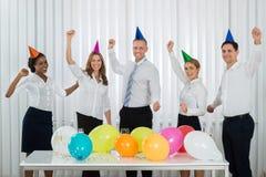 Предприниматели празднуя успех во время партии Стоковые Фотографии RF