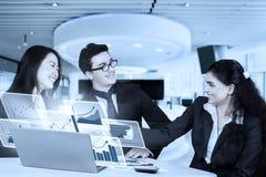 Предприниматели при виртуальная диаграмма тряся руки Стоковое Изображение
