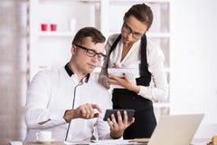 Предприниматели при smartphone делая обработку документов Стоковые Изображения