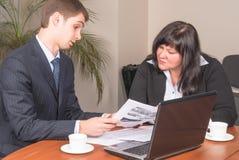 Предприниматели работают в офисе Стоковые Изображения