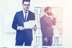 Предприниматели работая в белом офисе Стоковое Изображение