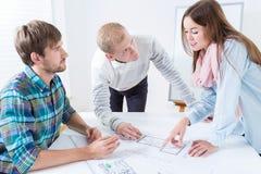 Предприниматели работая крепко в офисе Стоковое Фото