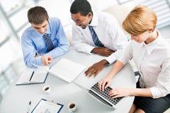Предприниматели работая на встрече стоковое изображение rf