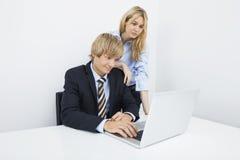 Предприниматели работая на компьтер-книжке на столе в офисе Стоковое Изображение