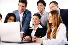 Предприниматели работая на компьтер-книжке совместно Стоковое фото RF