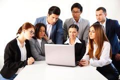 Предприниматели работая на компьтер-книжке Стоковое Изображение RF