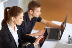 Предприниматели работая на компьютерах Стоковые Изображения RF