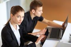 Предприниматели работая на компьютерах Стоковая Фотография