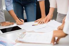 Предприниматели работая на документах Стоковые Фото