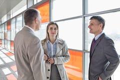 Предприниматели связывая на платформе поезда Стоковое Фото