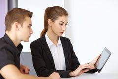 Предприниматели смотря ПК таблетки Стоковое Изображение RF