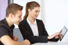 Предприниматели смотря ПК таблетки Стоковая Фотография RF