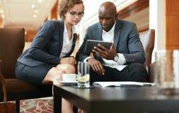 Предприниматели смотря цифровую таблетку Стоковые Изображения RF