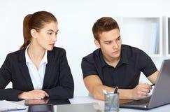 Предприниматели смотря экран компьютера Стоковые Фото