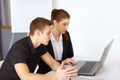 Предприниматели смотря экран компьютера Стоковая Фотография