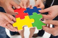 Предприниматели соединяя части головоломки Стоковые Изображения