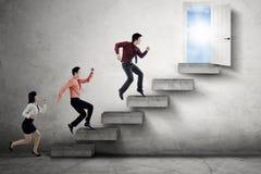Предприниматели состязаются для достижения двери Стоковые Фотографии RF