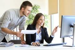 Предприниматели со-работая на офисе стоковое фото