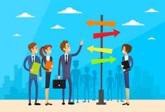 Предприниматели стоя знак выбирают путь направления иллюстрация вектора