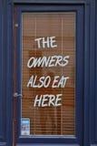 Предприниматели также едят Here - Париж Францию, съемку 5-ое августа 2015 - еда качества сервировки ресторана Стоковое Изображение