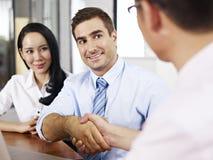 Предприниматели тряся руки перед встречать Стоковое фото RF