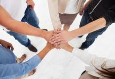 Предприниматели штабелируя руки Стоковые Фото