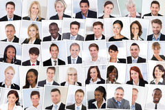 предприниматели clapping усмехаться изолированный группой стоковое изображение
