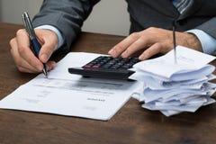 Предприниматель высчитывая финансовые расходы Стоковое Изображение