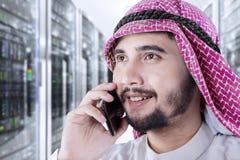 Предприниматель говоря мобильным телефоном Стоковое фото RF