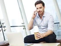 Предприниматель говоря на мобильном телефоне Стоковые Фотографии RF