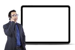 Предприниматель говоря на телефоне с пустой доской Стоковые Фото