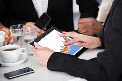 Предприниматель держа цифровую таблетку Стоковое Фото