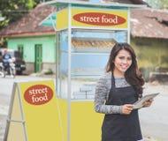 Предприниматель женщины с стойлом еды стоковая фотография
