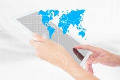 Предприниматель используя таблетку цифров Стоковое Изображение