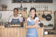 Предприниматель кафа стоя с пересеченными оружиями Стоковая Фотография