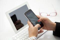 Предприниматель коммерсантки используя smartphone и компьтер-книжку Стоковое Изображение RF