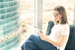 Предприниматель молодой женщины используя цифровую таблетку Стоковая Фотография