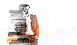 Предприниматель на телефоне стоковое изображение rf