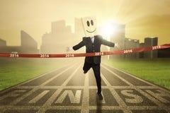 Предприниматель пересекая финишную черту Стоковые Изображения