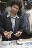 Предприниматель подсчитывая деньги Стоковые Изображения