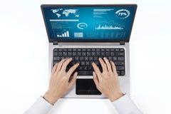 Предприниматель работая с данными по статистик Стоковое Изображение RF