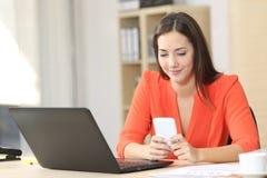 Предприниматель работая с умным телефоном на офисе Стоковое фото RF