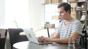 Предприниматель сердитый и злющий с компьтер-книжкой в офисе, потере акции видеоматериалы