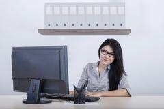 Предприниматель сидя с компьютером в офисе Стоковая Фотография