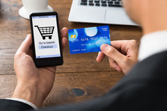 Предприниматель с кредитной карточкой и мобильным телефоном Стоковые Фотографии RF