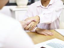 Предприниматель тряся руки в офисе Стоковое Изображение RF