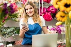 Предприниматель цветочного магазина используя технологию Стоковая Фотография