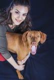 Предприниматель petting молодое венгерское vizsla стоковая фотография