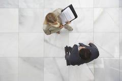 2 предпринимателя беседуя в лобби Стоковое Фото