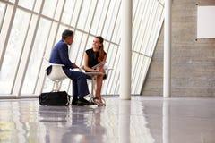 2 предпринимателя встречая в приеме современного офиса Стоковые Изображения RF